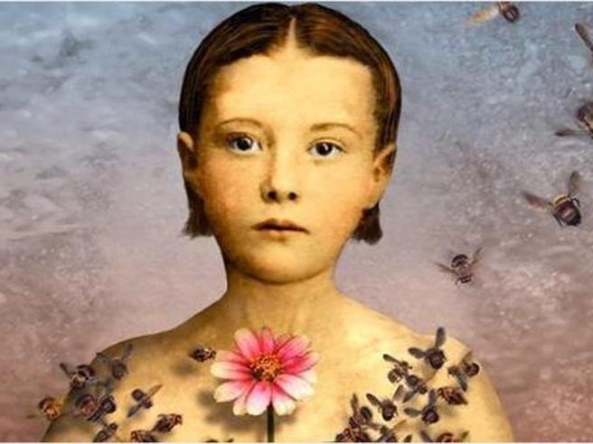 Festival della Bellezza, ragazza con vestito di api