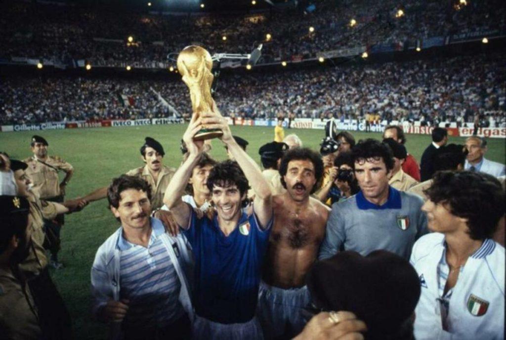 Paolo Rossi alza la Coppa del Mondo.