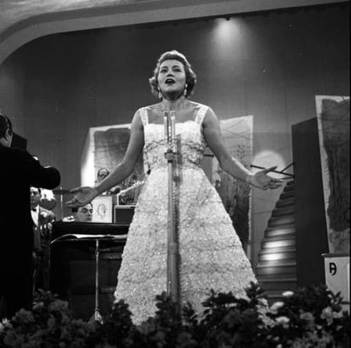 """Nilla Pizzi con """"Grazie dei fiori, Festival di Sanremo 1951."""