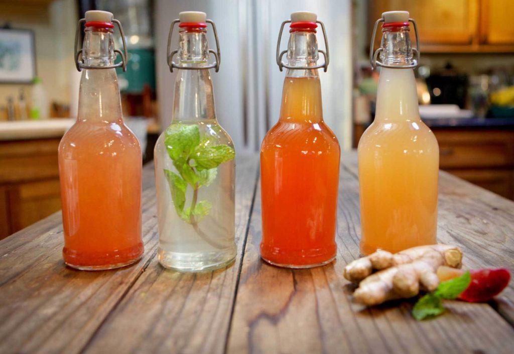 Bottiglie con acqua di kefir di diversi colori.