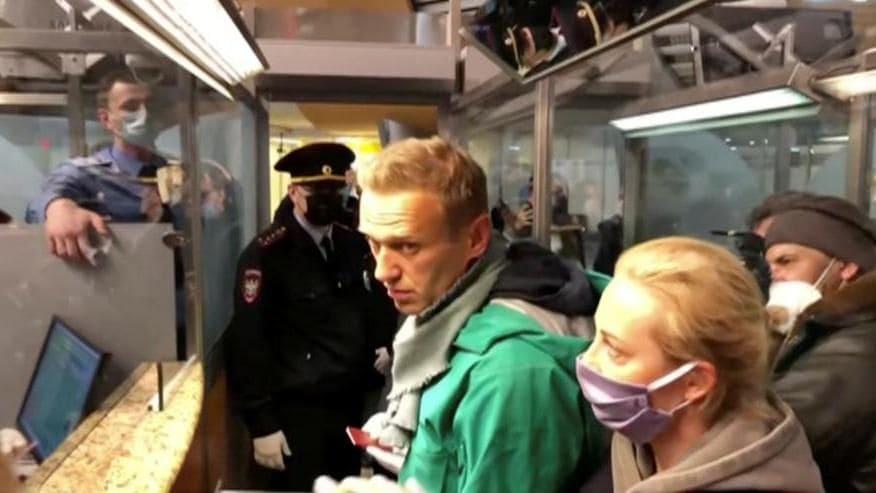 L'arresto di Navalny, fermato al suo rientro dalla convalescenza in Germania: in manette in aeroporto.