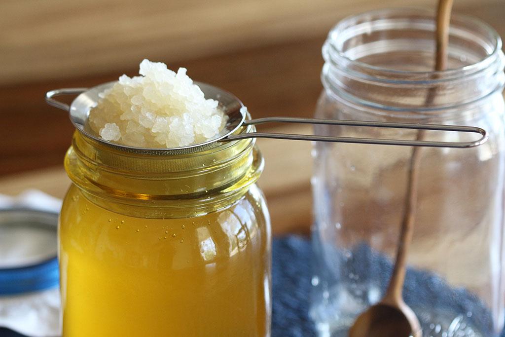 Colino con grani di kefir su vasetto con acqua di kefir.