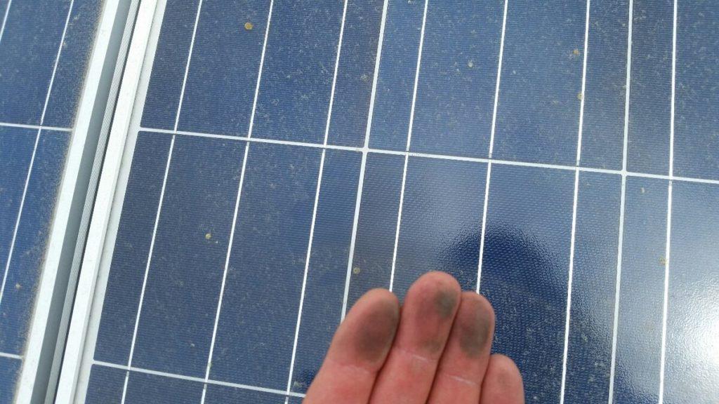Come si puliscono i pannelli solari, polvere accumulata