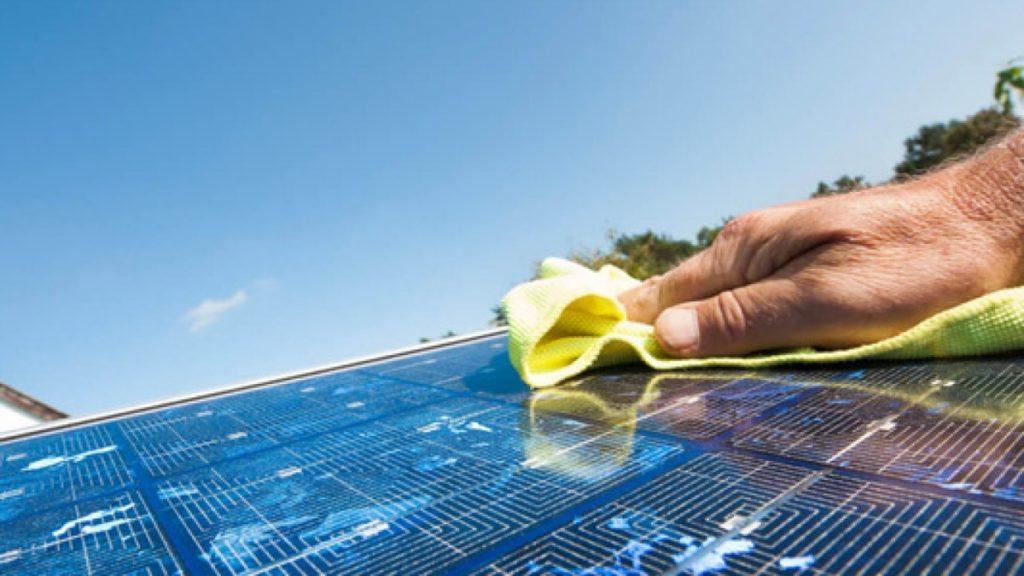 Come si puliscono i pannelli solari - spugnetta su celle