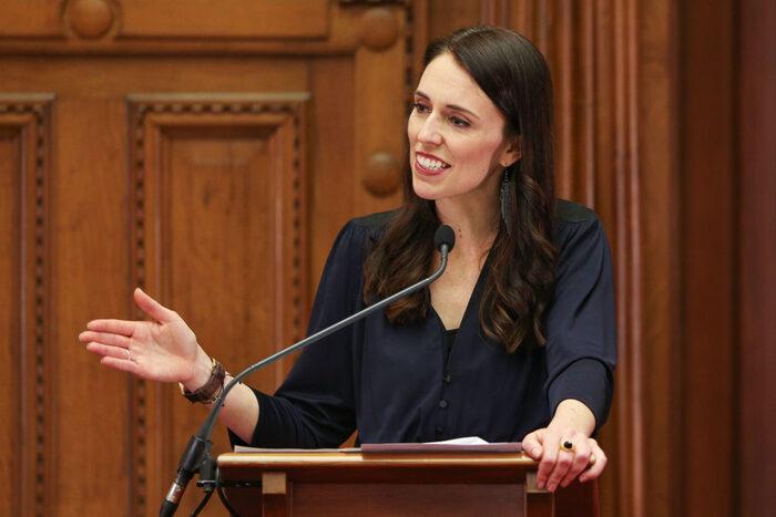 La premier neozelandese Ardern aumenta lo stipendio minimo e le tasse ai ricchi: i dettagli della misura