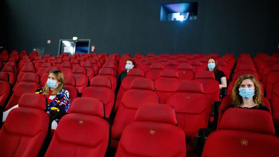 """Conto alla rovescia per la riapertura dei cinema: """"In Spagna sono rimasti sempre aperti""""."""