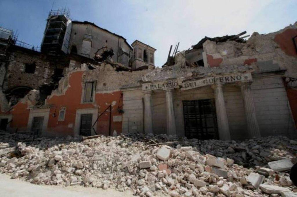 """Terremoto L'Aquila: centinaia di vittime, ma i superstiti hanno il gene della """"tenacia del ripartire""""."""