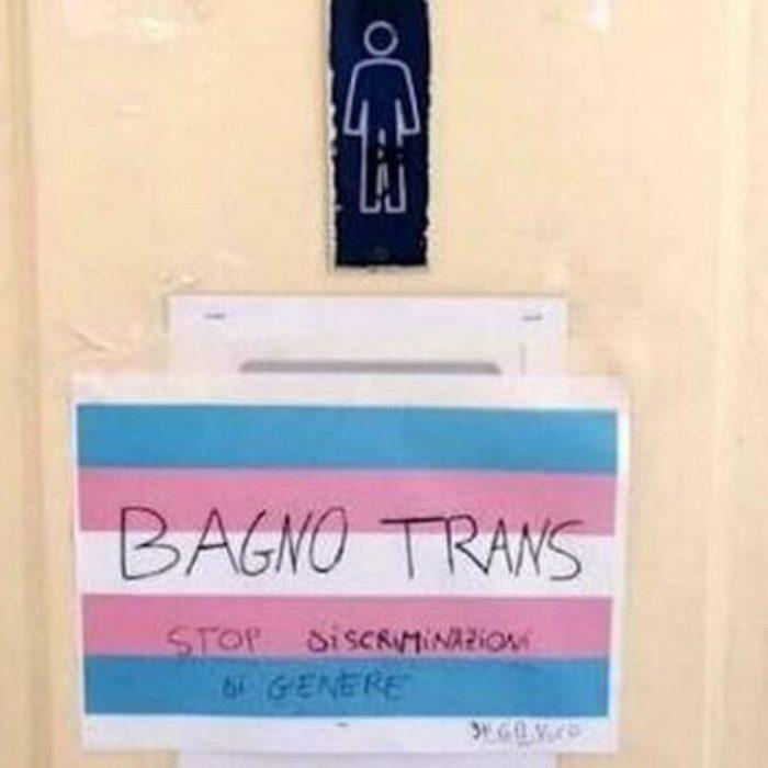Ingresso nel bagno maschile negato ad uno studente trans: l'opposizione della Dirigente