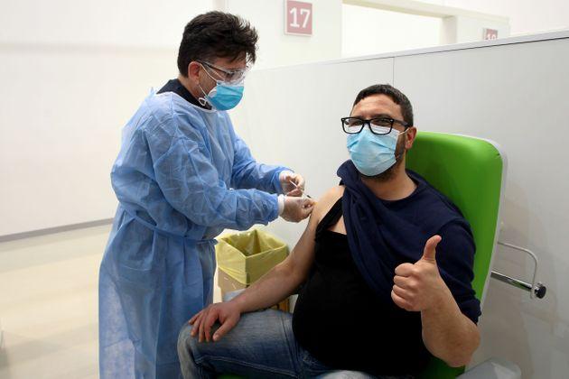 Cosa rischia chi rifiuta il vaccino: si può essere licenziati?