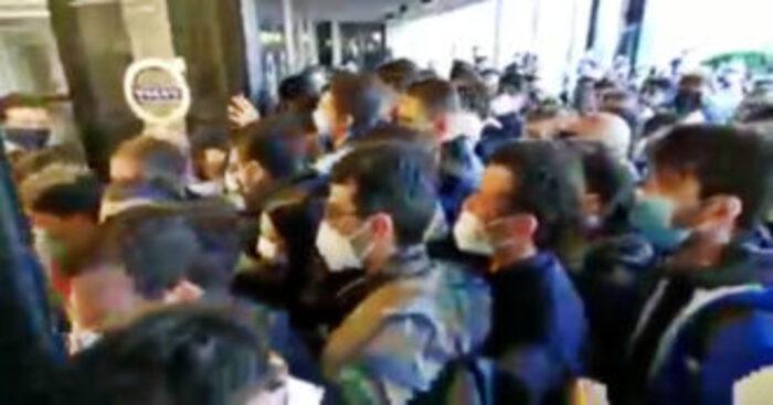 Open day vaccino all'hub della Fiera: urla, spintoni e malori per una dose, arrivano i Carabinieri