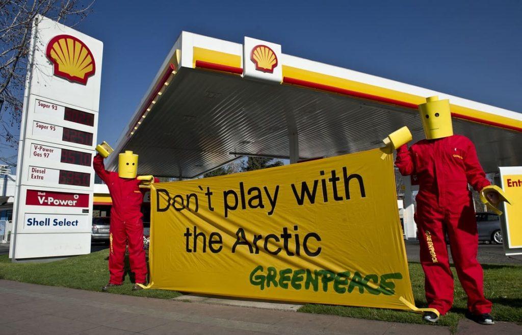 Shell dovrà dimezzare le emissioni di carbonio: esultano gli attivisti