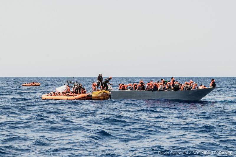 """L'Ocean Viking salva 572 migranti: """"Totale assenza di coordinamento marittimo da parte delle autorità"""""""
