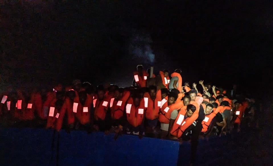 """La voce di alcuni migranti salvati dalla Ocean Viking: """"Le milizie ci hanno trattato come spazzatura, come merce""""."""