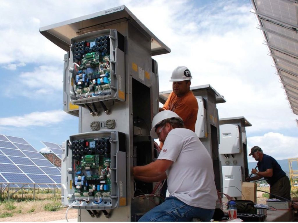 Inverter solare_men at work