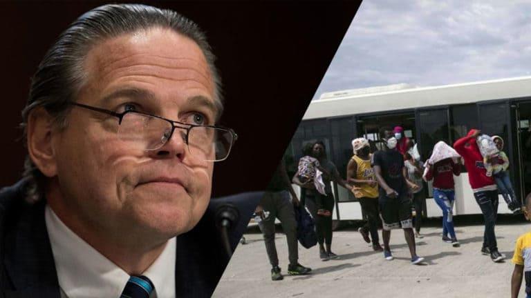 Daniel Foote protesta contro la decisione degli Stati Uniti di rispedire in patria migranti haitiani