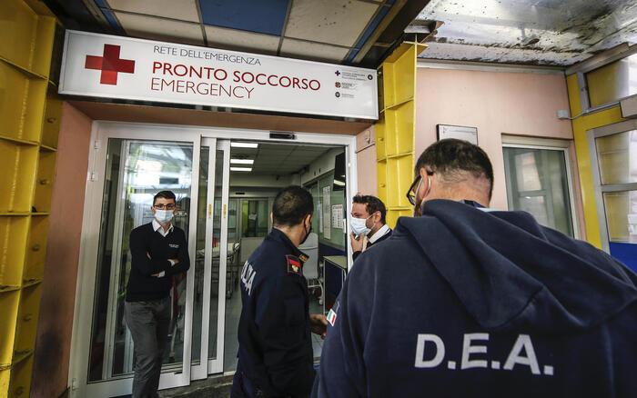 Roma assaltata da No Vax e neofascisti, l'assalto al policlinico Umberto I: agenti e operatori sanitari feriti