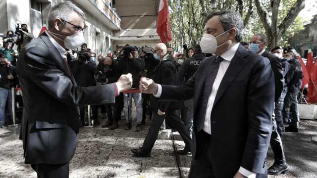 Scontri a Roma, Draghi in visita alla Cgil abbraccia Landini, la Procura apre 2 fascicoli. Mozione Pd per sciogliere Fn